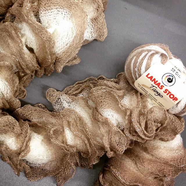 Echarpe tricotée avec 2 pelotes de fil Tango de Lanas Stop.